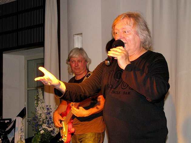 Zlatým hřebem slavnostního otevření třeboňské Besedy byl Václav Neckář se skupinou Bacily.