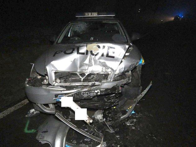 Čelní střet osobního auta s vozidlem policie u Dačic.