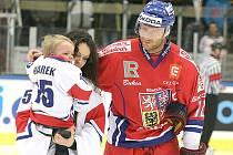 Lucie Marková se synem Honzíkem v doprovdu kapitána reprezentace a odchovance Vajgaru Jiřího Novotného.