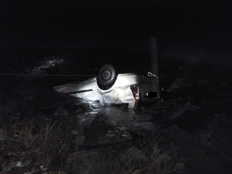 V noci na čtvrtek skončilo auto v rybníce u Vydří. Oživovací pokusy zdravotníků po vytažení vozidla ale byly marné a mladý řidič v nemocnici dopoledne zemřel.