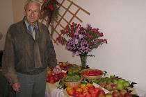 Zahradnický odborník Vojtěch Leština (na snímku u svých výpěstků) má radost z úrody stolního hroznového vína,  které si vypěstoval z řízků dovezených přítelem ze Slovenska.