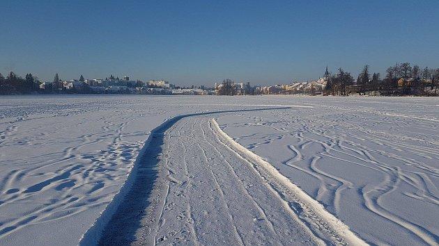Na rybníku Vajgar v Hradci je vyhrnutá šest metrů široká dráha pro bruslaře.