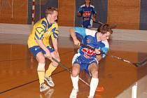 I ve druhém letošním derby zvítězili florbalisté J. Hradce, kteří Třeboň vyprovodili šesti góly. Na snímku z prvního měření sil bojuje třeboňský Vojtěch Matuška (vlevo) s Petrem Michalem.