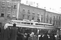 To není fotomontáž. V roce 1959 přes Jindřichův Hradec skutečně pluly lodě. Tedy spíš se vezly na Lipno.
