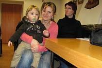 Maminky s dětmi v Jindřichově Hradci se včera zúčastnily informativní schůzky počítačových znalostí.
