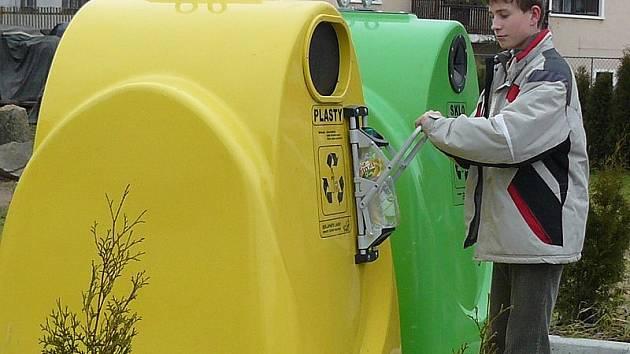 ŠETŘÍ MÍSTO. Díky minilisům nainstalovaným u vybraných kontejnerů na pet lahve v Nové Bystřici se do nádob vejde více tohoto odpadu a ušetří se náklady na svoz.