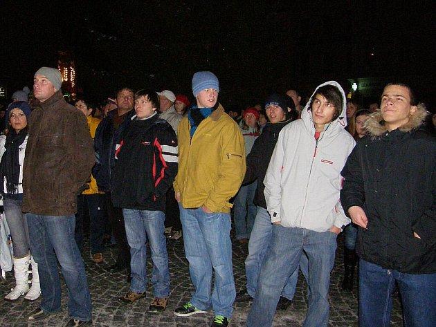 Novoroční oslavy na jindřichohradeckém náměstí Míru tentokrát začaly netradičně projevem starosty města Stanislava Mrvky promítaným na velké plátno. Pak přišel na řadu ohňostroj.