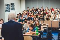 V rámci projektu Příběhy bezpráví žáky a studenty čekají i besedy s pamětníky.