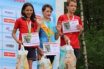 Stupně vítězů po sprintu mladších žáků: první místo si rozdělili (zleva) Jindřich Poledník (St. Město) a Jan Zátka (Manušice), třetí skončil Vít Mikulášek (St. Město).