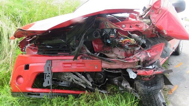 U Jindřichova Hradce ve směru na Políkno se stala vážná dopravní nehoda. Při střetu dvou aut se jeden řidič těžce zranil.