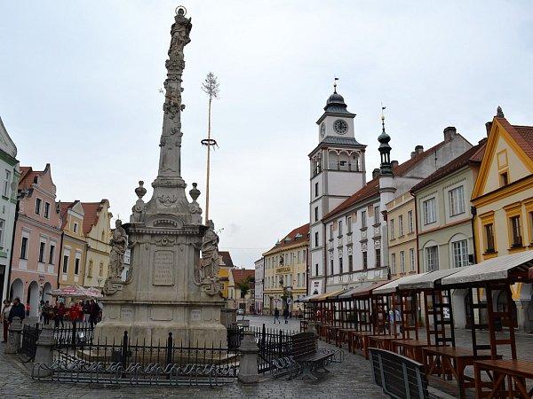 Přirozeným centrem historické části města Třeboně je Masarykovo náměstí, tvořené měšťanskými domy spodloubím a renesančními a barokními štíty, znichž většina byla prohlášena národní kulturní památkou.