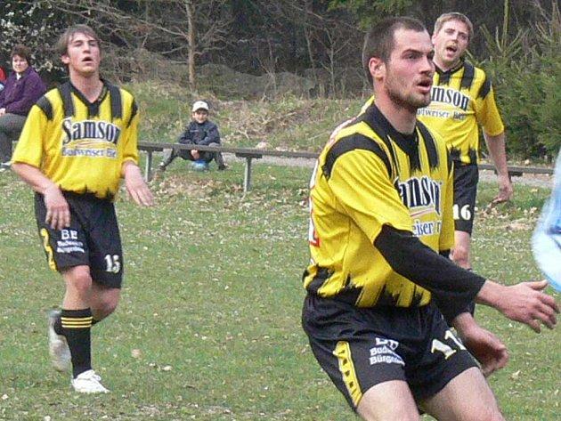 Ostrostřelec Starého Města Lukáš Růžička (vepředu) zatížil konto Staré Hlíny pěti góly a propracoval se na vedoucí příčku kanonýrů okresního fotbalového přeboru.  Na svém kontě má nyní dvacet přesných zásahů, o dva  víc než Ladislav Slavík z Halámek.