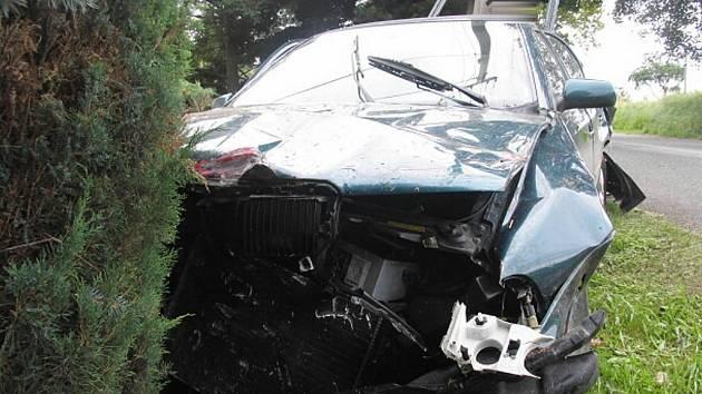 Pohled na auto zdemolované po nárazu do oplocení u Nové Vsi na Českorudolecku, ve kterém se těžce zranil řidič.