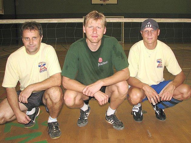O VLÁSEK. Nohejbalovému týmu áčka Cepu (zleva) Heřman, Kozel, Wipplinger uniklo vítězství v Prázdninovém turnaji trojic pouze o jeden jediný míč.