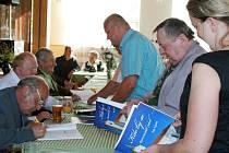 Setkání rodáků ve Stříbřeci. Tamní rodák Jan Lipold skládá hudbu i pro Třeboňskou 12.  Mimo jiné zde křitil i svou knihu.