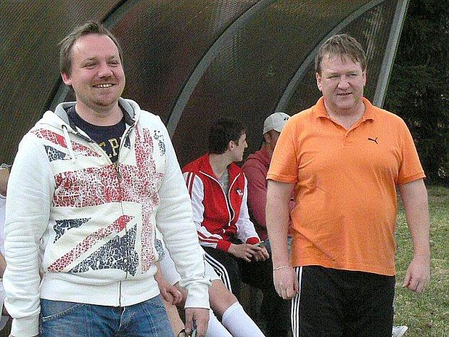 Předseda a kouč fotbalistů z Nové Bystřice Václav Tkalců (vlevo) i jeho trenérský kolega Jiří Kubát mají důvod k úsměvu - jejich tým bude hrát I. A třídu.