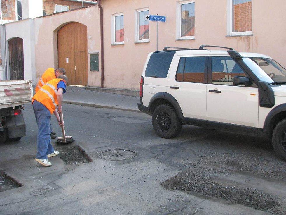 Oprava děr v asfaltovém koberci, na kterém se podepsala zima, poněkud komplikuje řidičům život ve Václavské ulici v Jindřichově Hradci.