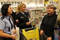 MÍT PENĚŽENKU  stále pod kontrolou je prevence proti kapsářům. Na snímku radí nakupující Stanislava Jílkové  policejní mluvčí Hana Millerová a policistka Věra Mžiková.