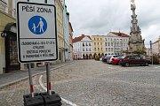 Na jindřichohradeckém náměstí Míru jsou již několik dní značky, připravující řidiče na to, že od úterka už bude možné stát jen někde.
