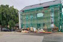 Rekonstrukce nádražní budovy je rozběhnutá.