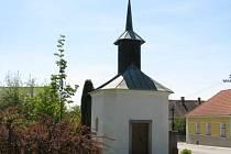 Oprava památné návesní kaple v Dolních Němčicích se díky nevhodnému zásahu památkářů odkládá na neurčito.
