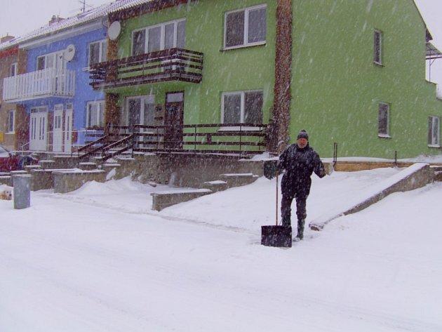Husté chumelení doprovází i lidi v Dačicích. Snímke je z Vápovské ulicie.
