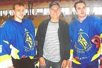 Hokejový trenér Jan Hanzálek se svými svěřenci Janem Markem a Alešem Kotalíkem (vpravo).