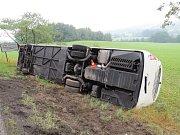 Bližší pohled na převrácený autobus poblíž Horního Bolíkova.