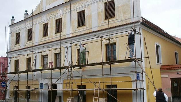 V plném proudu jsou stavební práce na Staré radnici v Lomnici nad Lužnicí. Hotovo by mělo být do začátku letní sezony.