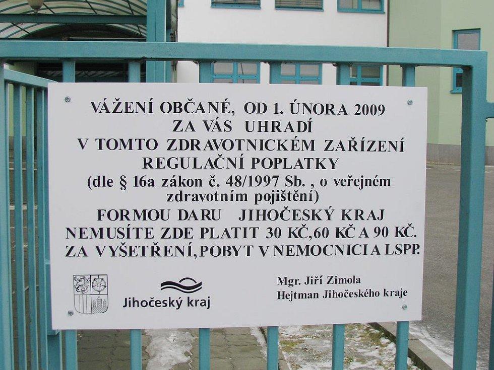 Minulost. Oznámení u vchodu do jindřichohradecké nemocnice, které informovalo o poplatcích,  již od 1. července nebude platit.