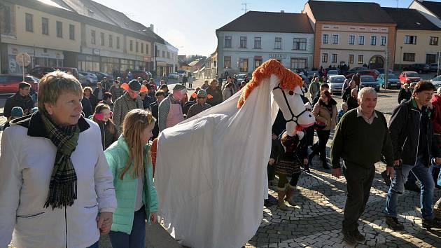 Za krásného slunečného počasí a velkého zájmu obecenstva se o uplynulém víkendu konala již třináctá masopustní obchůzka v Dačicích.