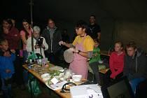Šonova rodina z Jindřichova Hradce přijala pozvání do Nové Vsi, kde seznamovala místní obyvatele s vietnamskou kuchyní. Mimo jiné ukazovali i jak se balí jarní závitky.