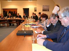KOALIČNÍ DOHODU v Třeboni podepsali zastupitelé KDU-ČSL, ČSSD, ANO 2011, Společně pro Třeboň a KSČM až těsně před jednáním ustavujícího zastupitelstva, přestože o této spolupráci bylo rozhodnuto již záhy po oznámení výsledků komunálních voleb.