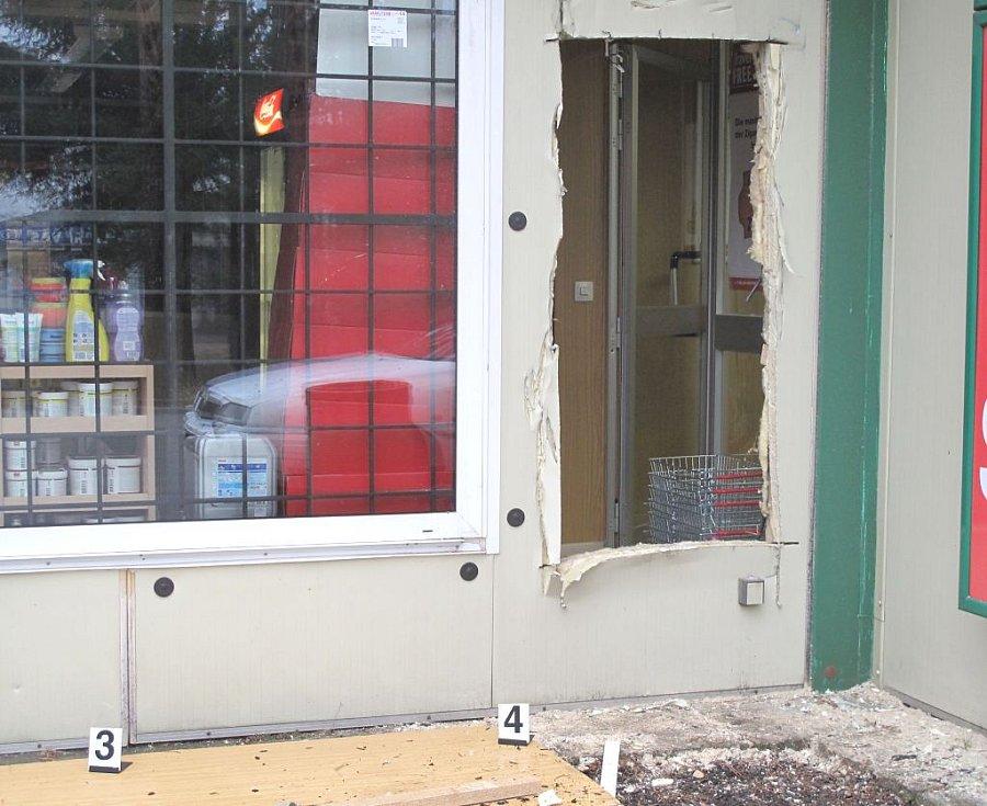 Policisté zasahovali u vloupání do obchodu na hraničním přechodu v Halámkách. Při zásaho se ozvala střelba. Pohled na otvor, kterým se lupiči dostali do obchodu.