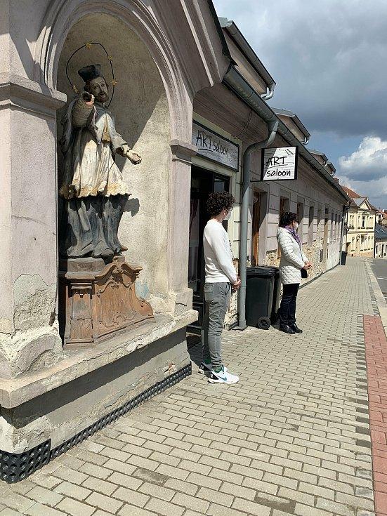 V pondělí dopoledne čekali lidé před Art Saloonem v Jindřichově Hradci. Objednávky má tento salon nasmlouvané do poloviny července.