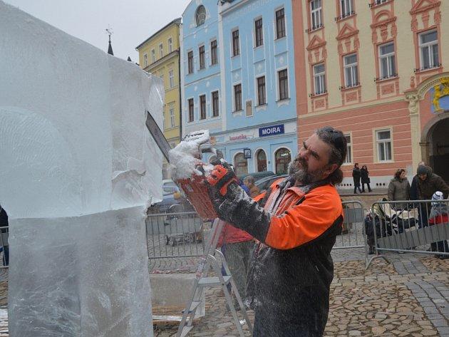 Ledový chrám vyrostl v sobotu v rámci 2. ročníku ledosochání s názvem Sochu! Sochej! Sochejme! na jindřichohradeckém náměstí Míru.