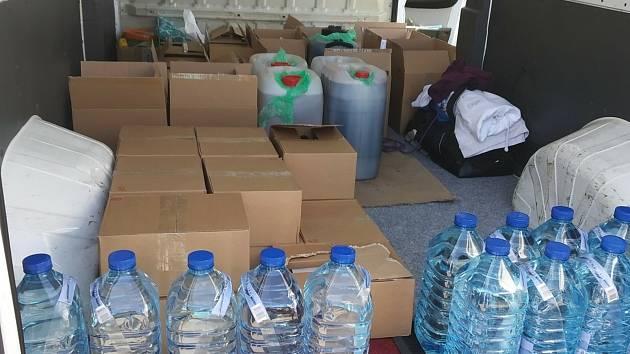 Náklad nezdaněného alkoholu, který celníci našli v kontrolované dodávce  u Stráže nad Nežárkou.