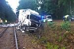 Střet kamionu s vlakem na železničním přejezdu u Suchdola.