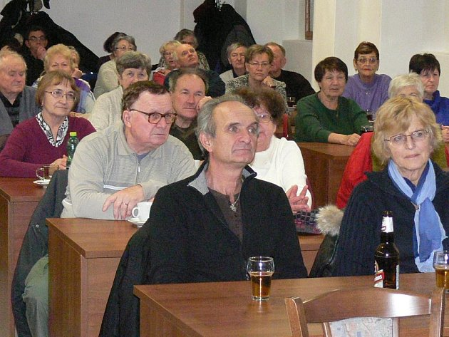 SETKÁNÍ se zástupci radnice si nenechalo ujít několik desítek Hradečáků, kteří zcela zaplnili konferenční sál Muzea Jindřichohradecka  ve Štítného ulici.