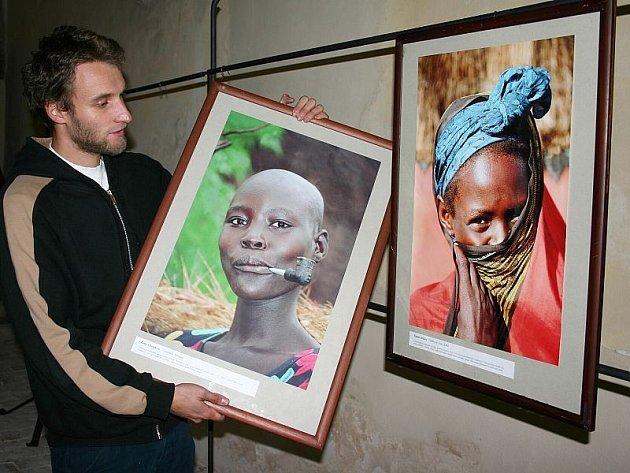 Při instalaci výstavy svého otce David Švejnoha.