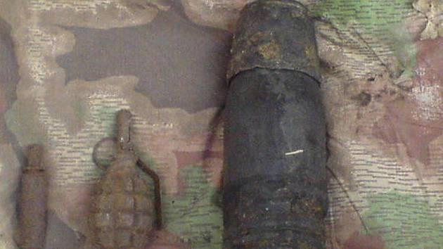 Nevybuchlá munice stále leží v zemi. Ilustrační foto.