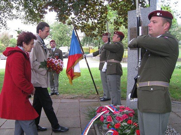 Pietní aktu u pomníku generálmajora Josefa Kholla v Plavsku.