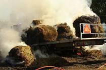 Požár balíků slámy na přívěsu traktoru v Suchdole nad Lužnicí.