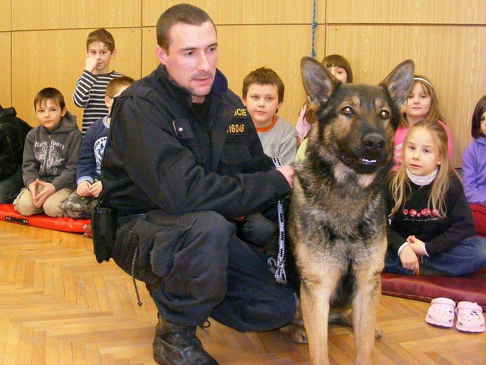 Policejní psovodi při ukázkách.
