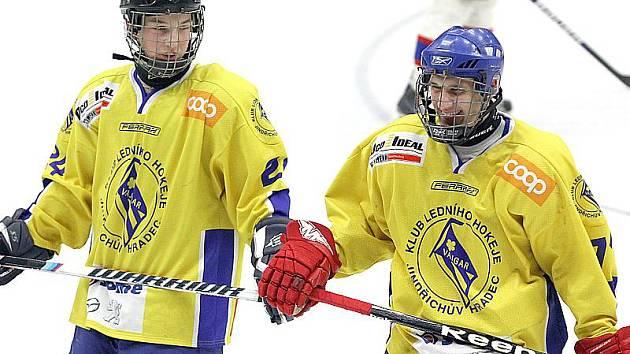 Vajgar proti Chotěboři nasadil dva 17leté hokejisty - obránce Adama Popelku (vlevo) a útočníka Michala Švihálka.