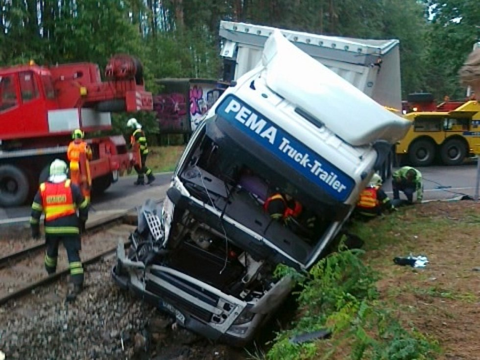 Na železničním přejezdu u Suchdola nad Lužnicí se kamion střetl s nákladním vlakem.