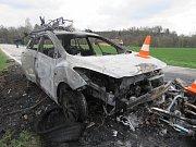U Nové Bystřice po střetu začalo hořet auto i motorka, Motocyklistu odvezl vrtulník.