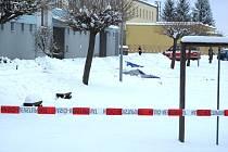 Pohled na místo tragédie v Českých Velenicích, kde pravděpodobně při sebevražedném výbuchu zemřel člověk.