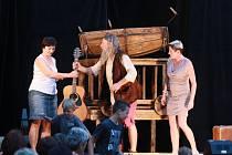 Divadelní představení Robinson Crusoe potěšilo návštěvníky muzea fotografie. Někteří se do hry i zapojili.