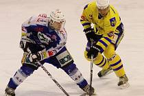 Hokejisté Vajgaru popáté v řadě naplno bodovali, když  na svém ledě zdolali v neděli houževnatý Jablonec 4:2, a v tabulce druhé ligy poskočili už na čtvrtou příčku. Na snímku bojuje jindřichohradecký útočník František Mrázek (vpravo).